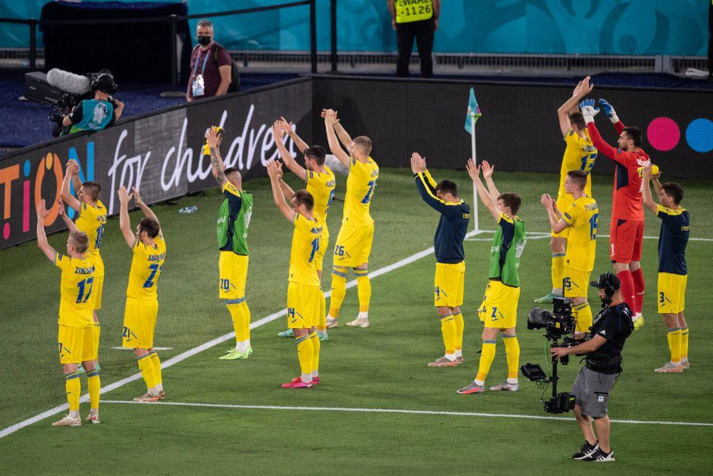 L'Ucraina saluta i suoi tifosi dopo l'eliminazione da Euro 2020