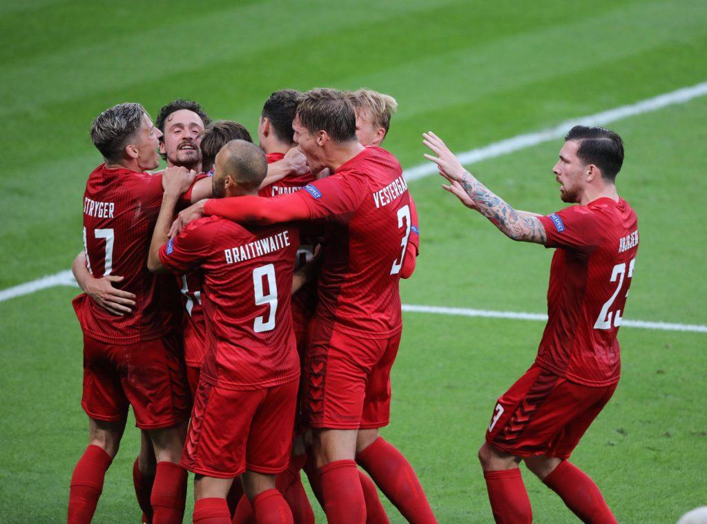 La Danimarca esulta dopo il gol in semifinale di Damsgaard a Euro 2020