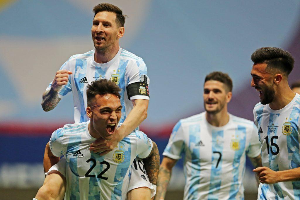 Lautaro e Messi festeggiano il goal contro la Colombia nella semifinale di Copa America