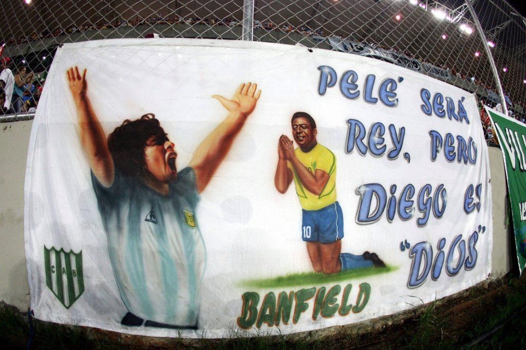 Uno striscione dei tifosi del Banfield inneggia alla supremazia di Maradona nei confronti di Pelé