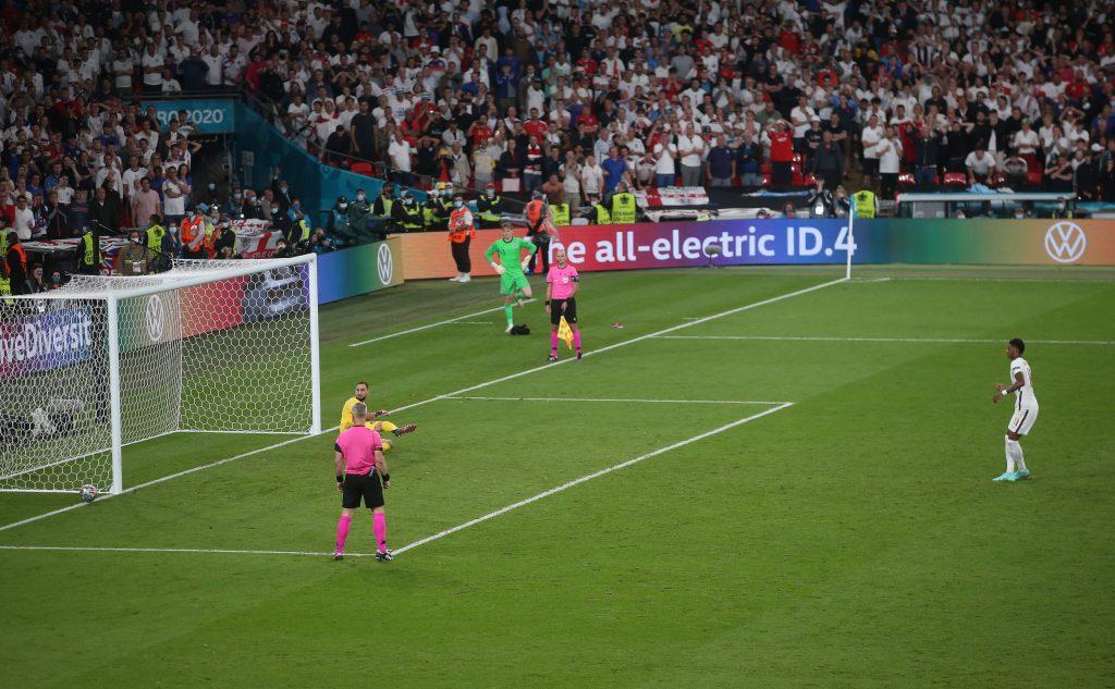Il palo colpito da Marcus Rashford contro l'Italia