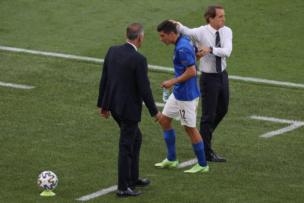 Matteo Pessina a bordocampo con Roberto Mancini dopo una sostituzione