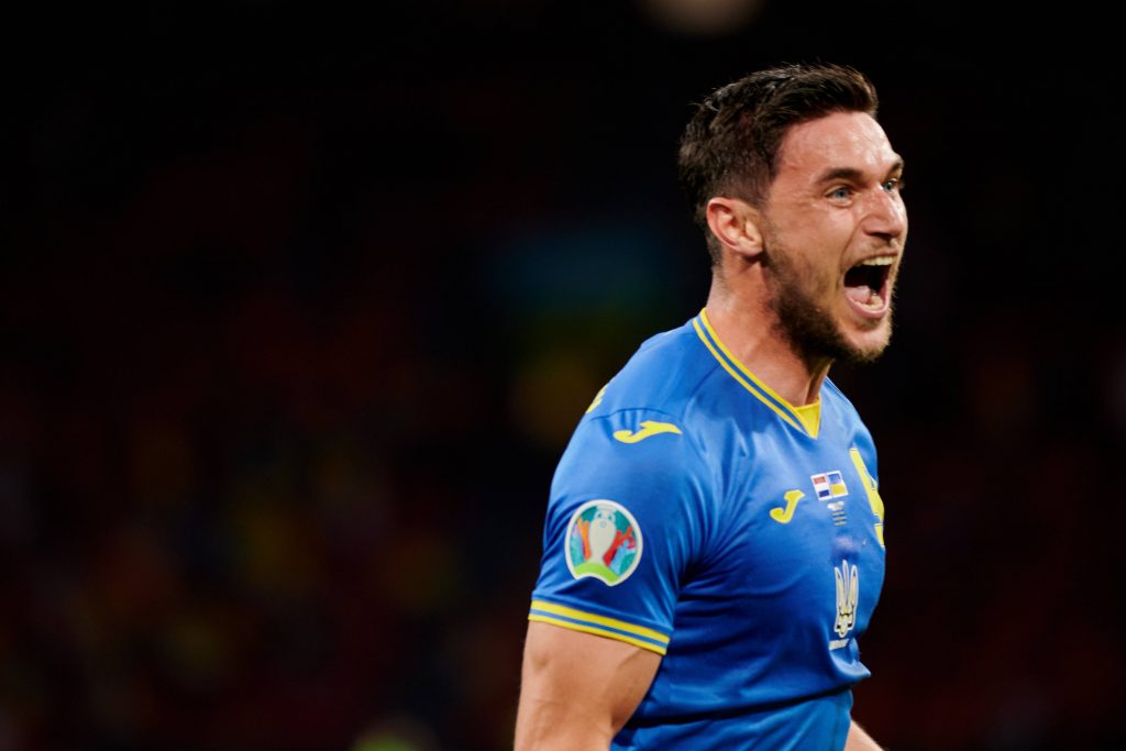Yaremchuk esulta dopo il gol all'Olanda a Euro 2020