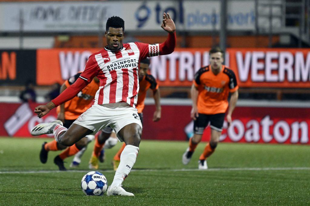 Dumfries con la fascia da capitano al braccio che calcia un rigore contro il Volendam in Coppa d'Olanda (OneFootball-