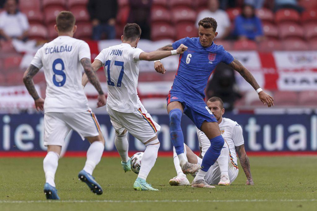 Ben White in campo contro la Romania nel suo esordio da titolare con l'Inghilterra