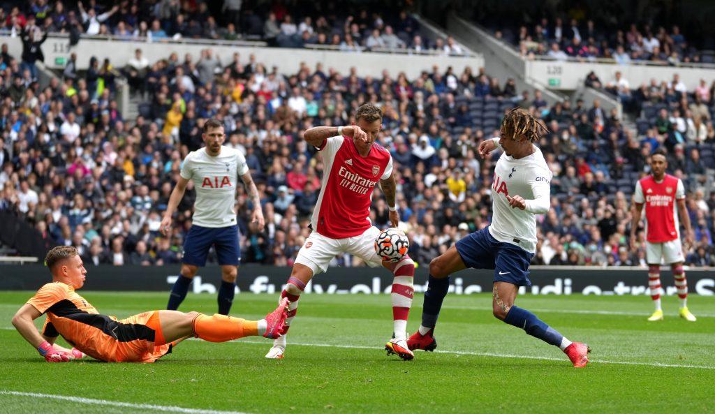 Ben White in contrasto con Dele Alli nella partita Arsenal - Tottenham