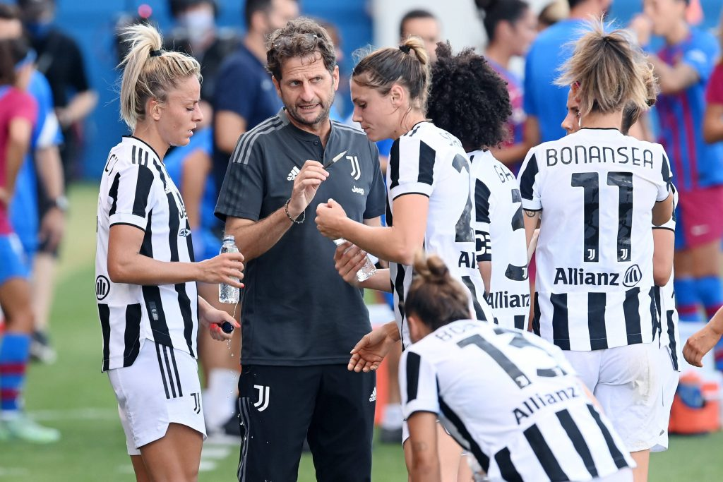 Montemurro con la squadra nell'amichevole contro il Barcellona in preparazione alla nuova Serie A femminile