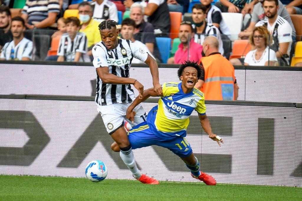 Udogie a contrasto con Cuadrado durante la prima giornata di Serie A