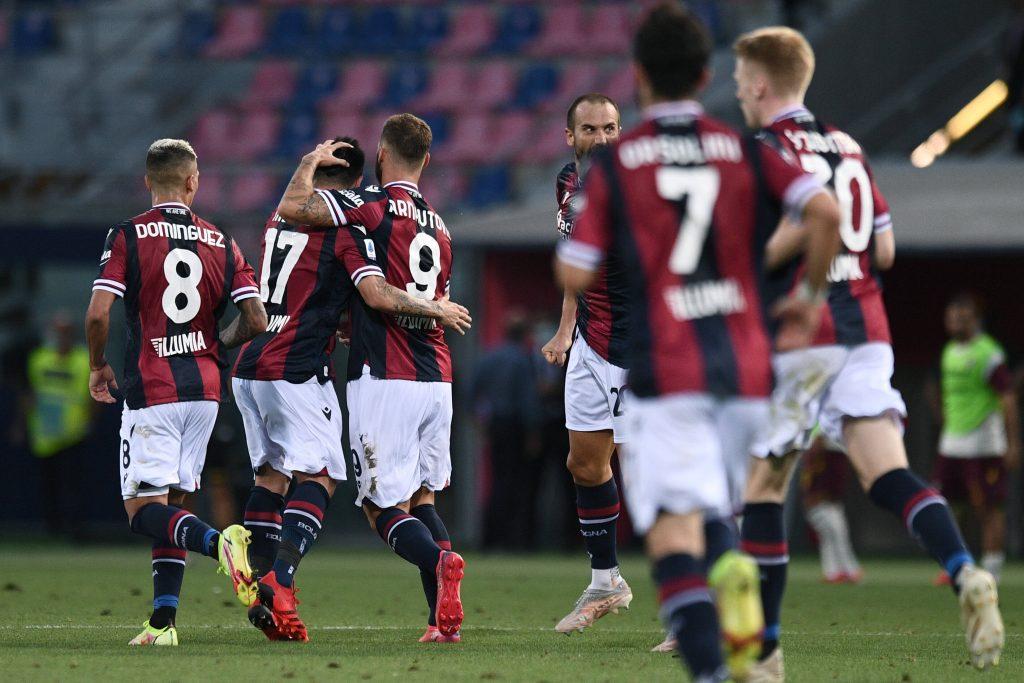 Aranutovic con i compagni del Bologna dopo il gol alla Salernitana