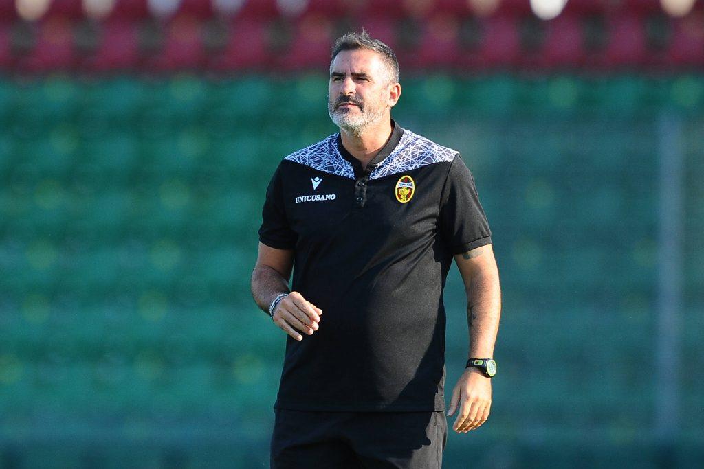 Lucarelli in panchina durante la partita con il Brescia