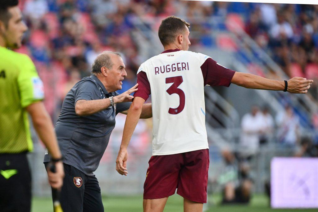 Matteo Ruggeri a colloquio con Castori durante l'esordio della Salernitana in Serie A