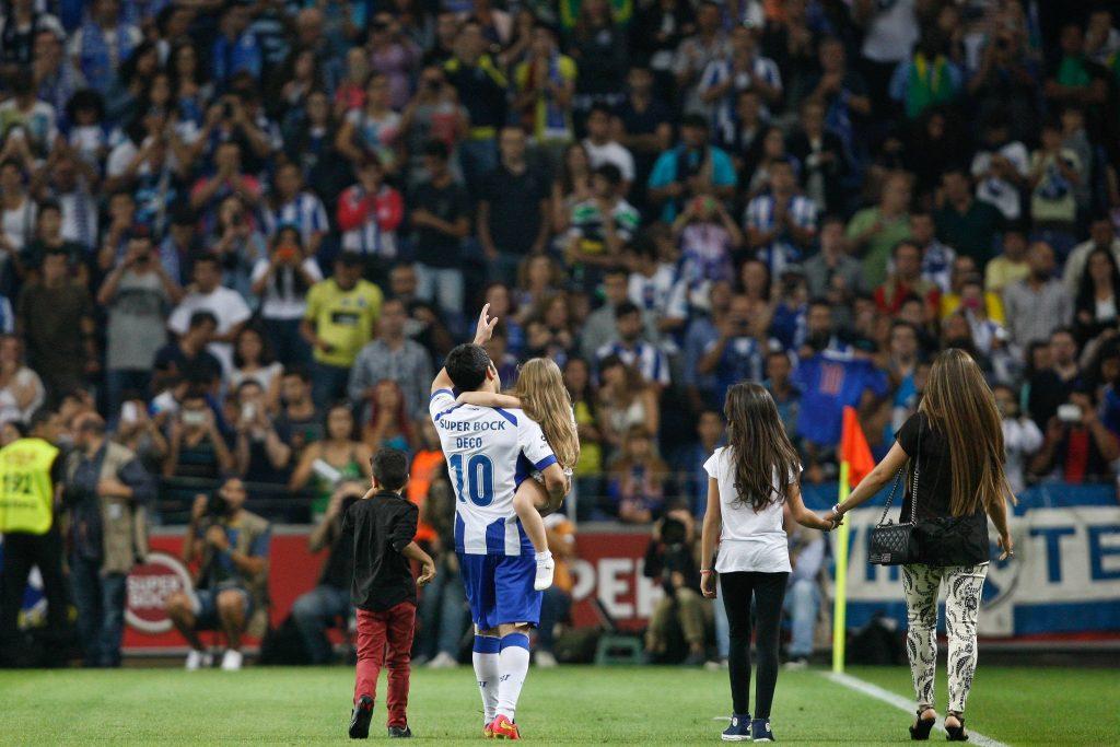 Deco saluta i propri tifosi al termine della partita d'addio