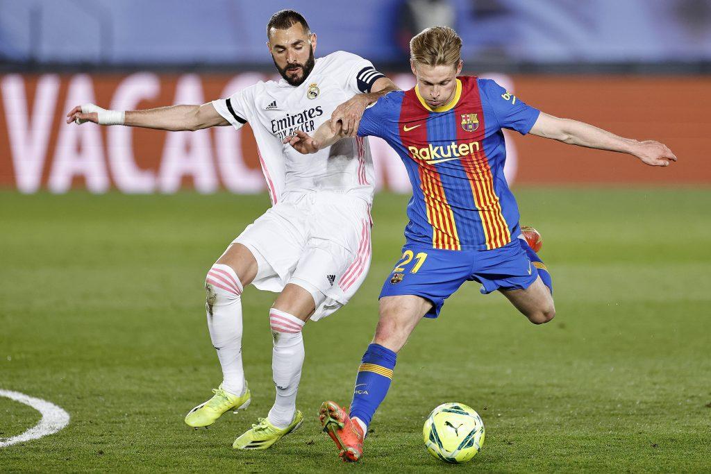 Benzema e De Jong a contrasto nel Clasico valevole per la Liga