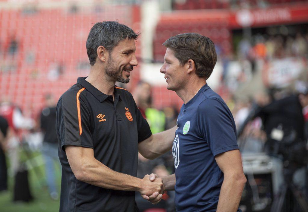 Van Bommel e Glasner si salutano prima di un match tra Psv e Wolfsburg