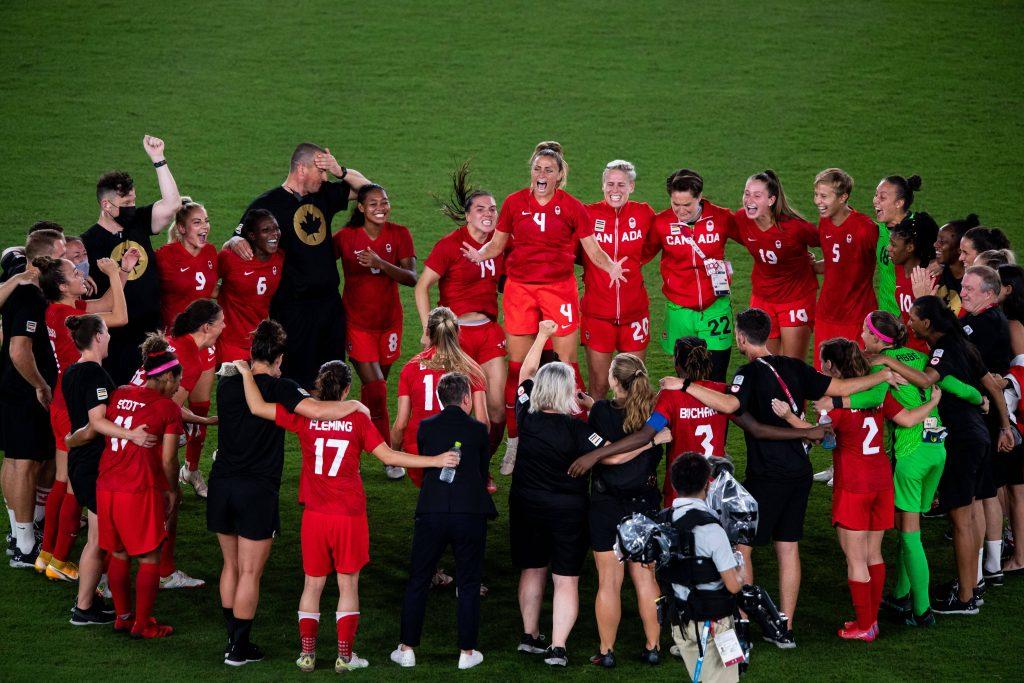 La formazione del Canada festeggia la vittoria dell'oro