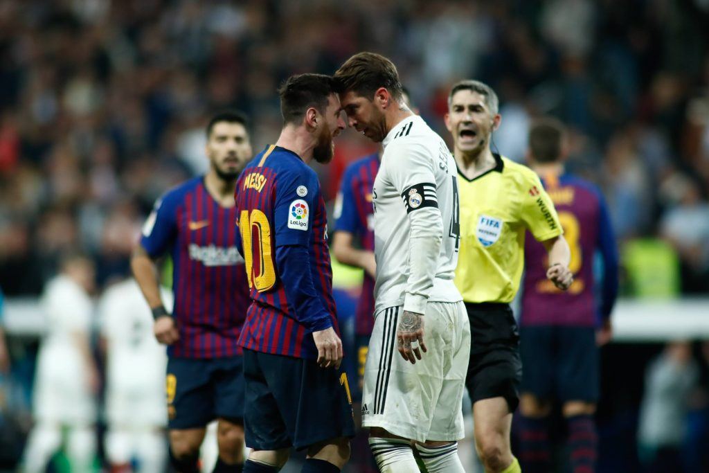 L'iconico testa a testa tra Messi e Sergio Ramos