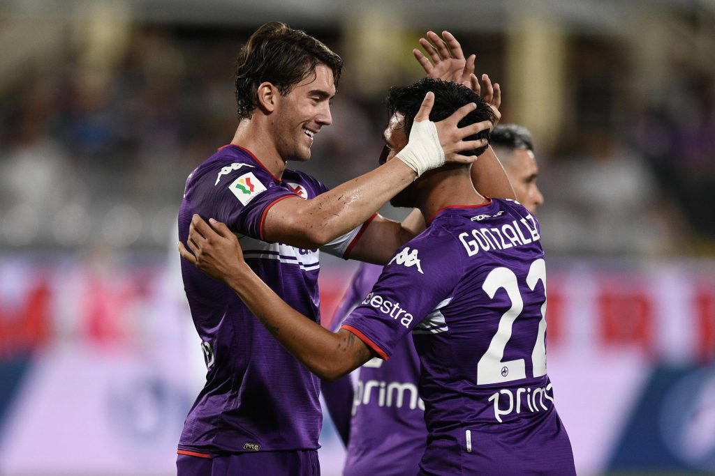 Vlahovic festeggia insieme a Gonzalez il gol al Cosenza