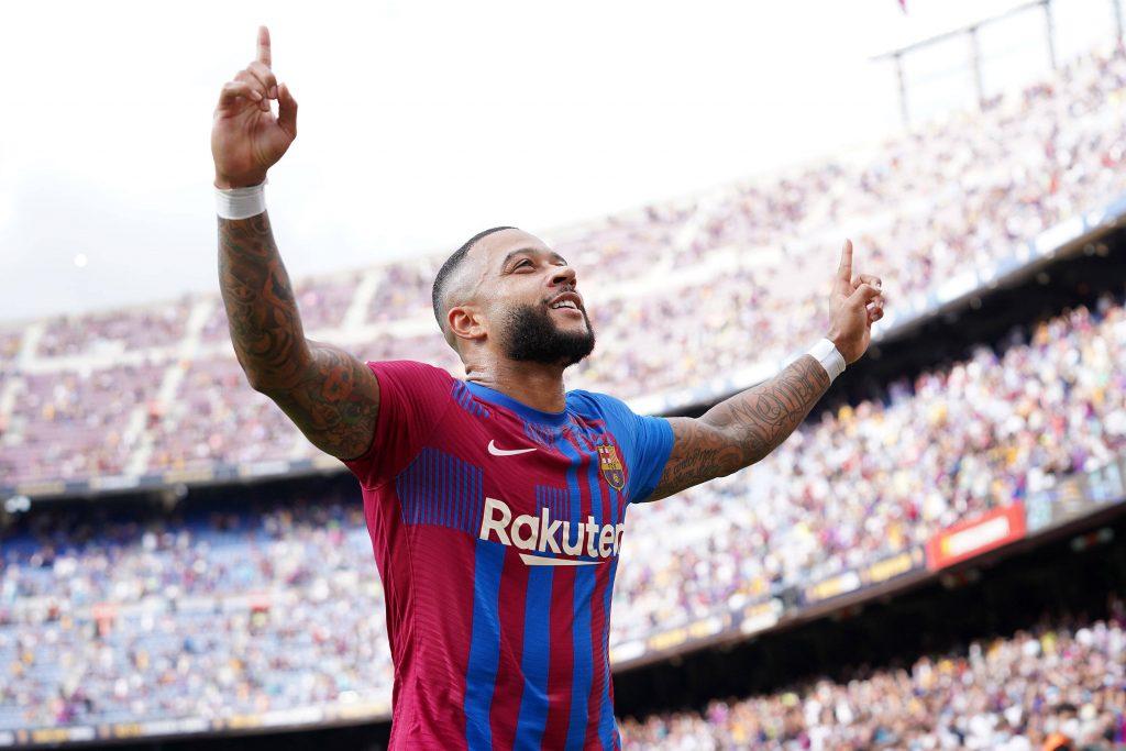 Depay celebra il suo primo gol al Camp Nou
