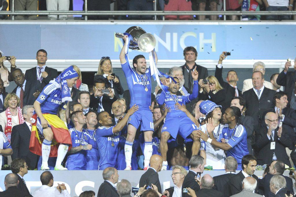 Mata, cofondatore di Common Goal, che festeggia la vittoria della Champions League insieme ai suoi compagni