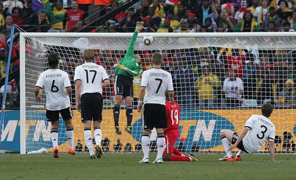 Neur viene scavalcato dal tiro di Lampard