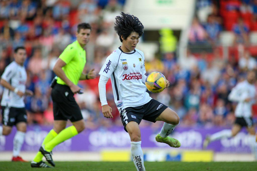 Il coreano Hyunseok Hong in azione in mezzo al campo