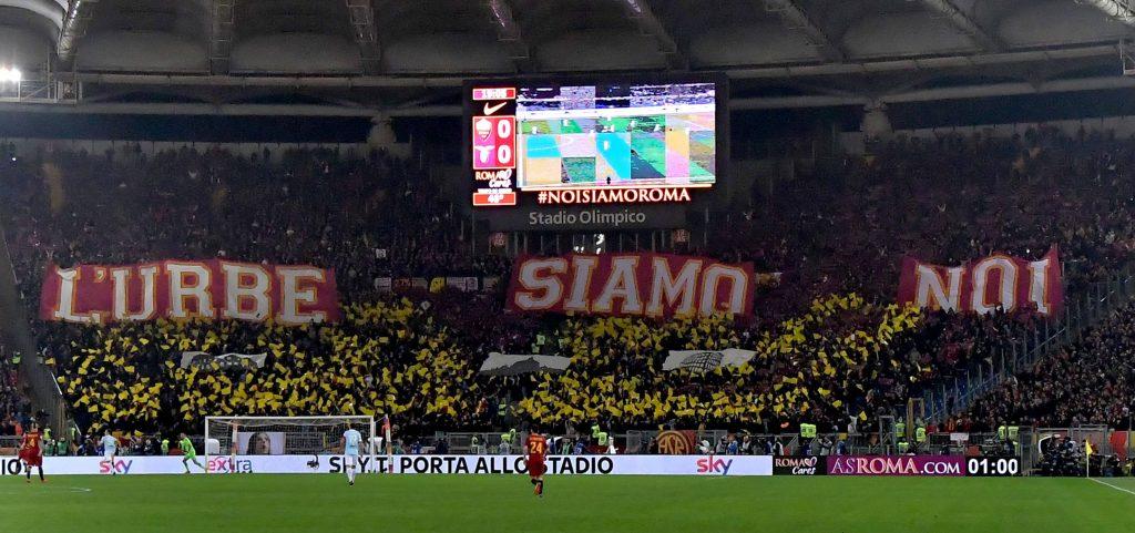 Coreografia tifosi della Roma per il derby della capitale