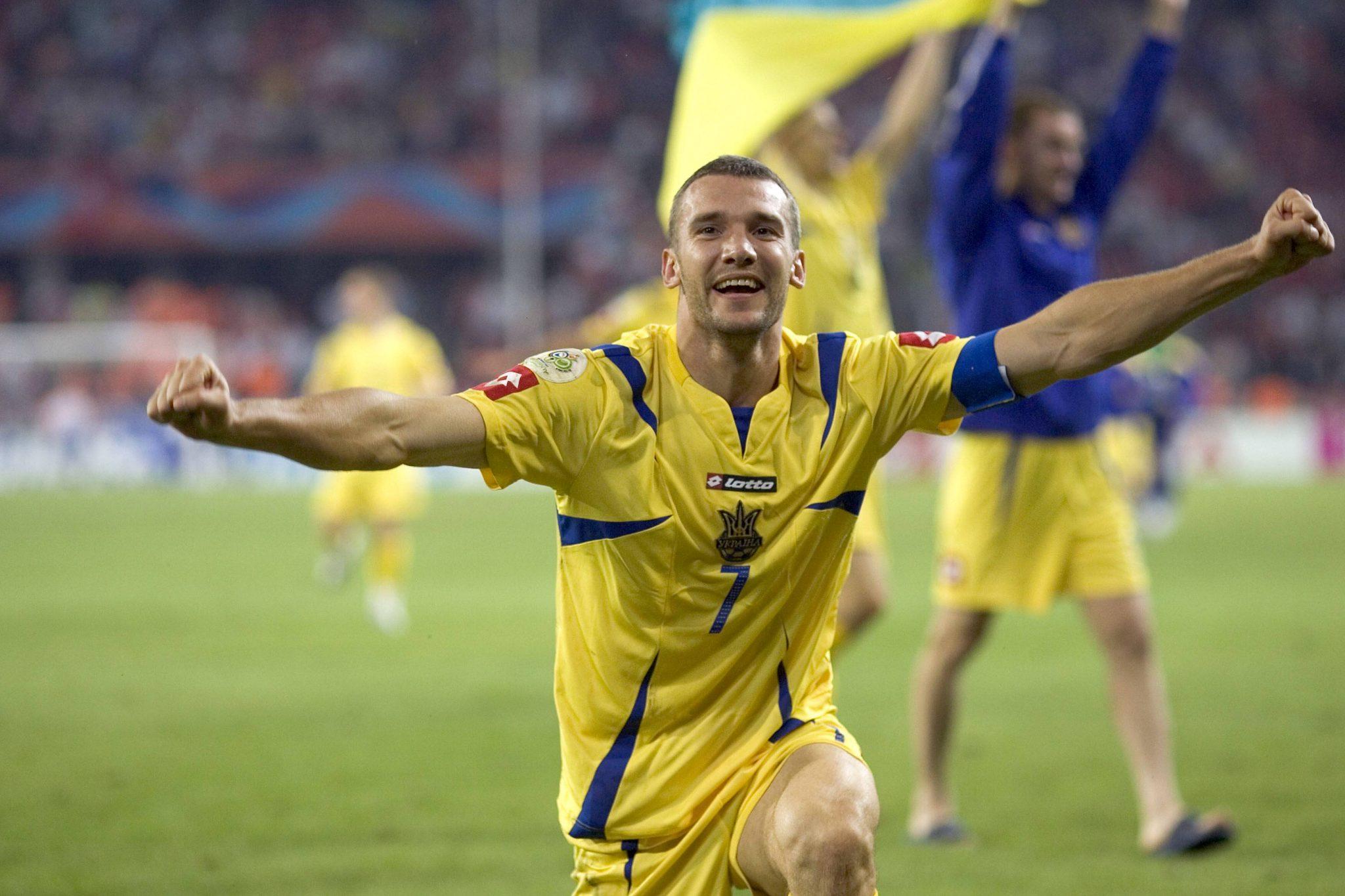 Schevchenko festeggia un gol con la maglia dell'Ucraina