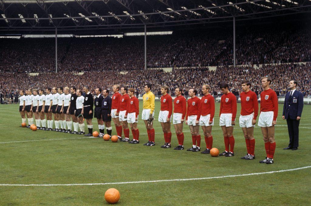 Le protagoniste del racconto di Lampard padre, Inghilterra e Germania dell'Ovest, schierate a centrocampo prima del calcio di inizio