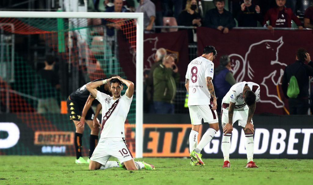 i giocatori del Torino in ginocchio dopo il pareggio del Venezia